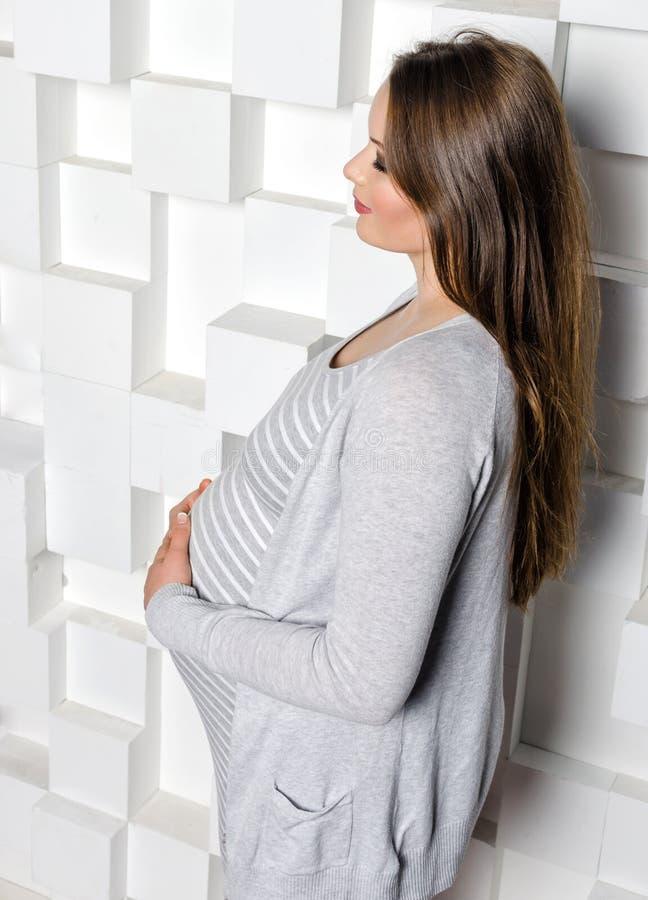 härlig gravid kvinna arkivfoto