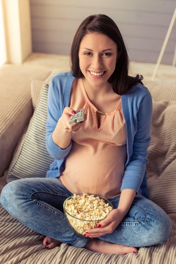 härlig gravid kvinna arkivbild