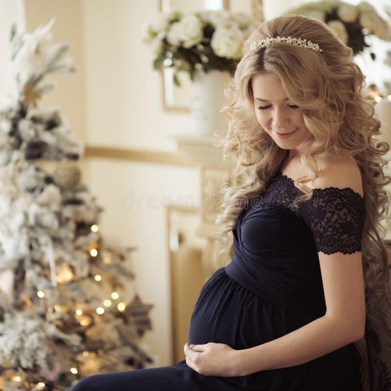 Härlig gravid kvinna i en ferieklänning royaltyfria bilder