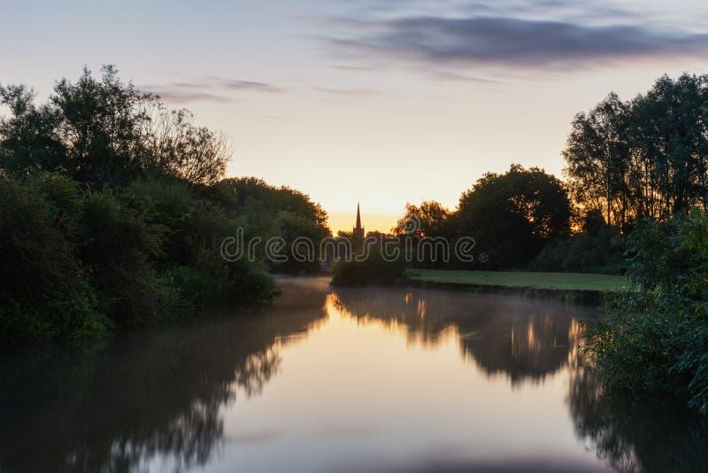 Härlig gryninglandskapbild av flodThemsen på Lechlade-på-Th royaltyfri bild