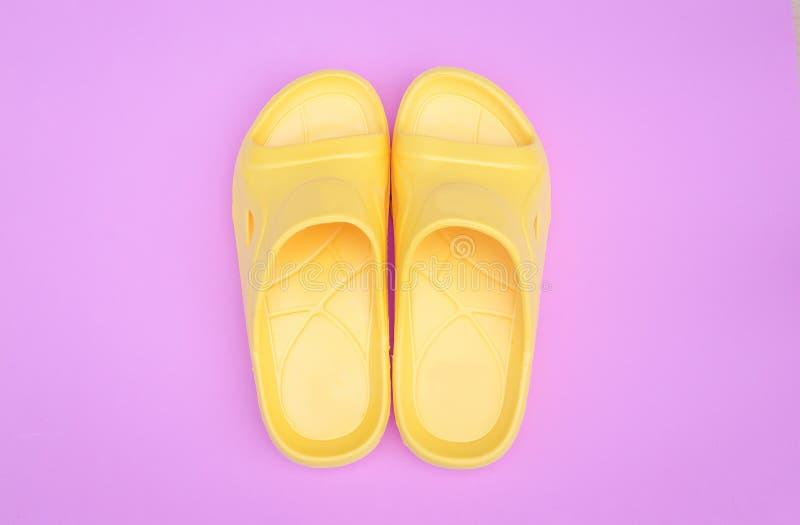 Härlig gul sandal på rosa pastellfärgad bakgrund med kopieringsutrymme arkivfoton