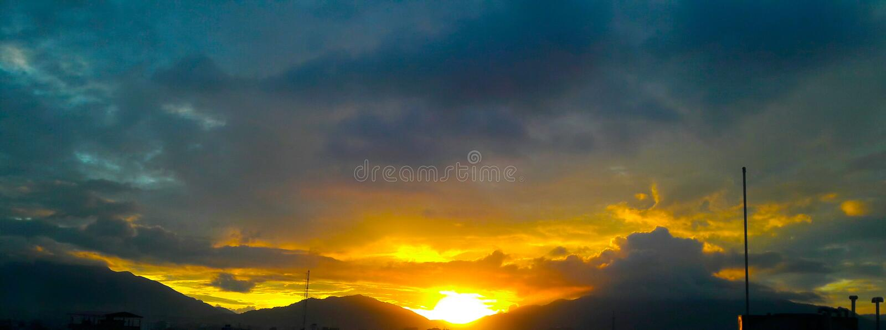 Härlig gul solnedgång royaltyfri fotografi
