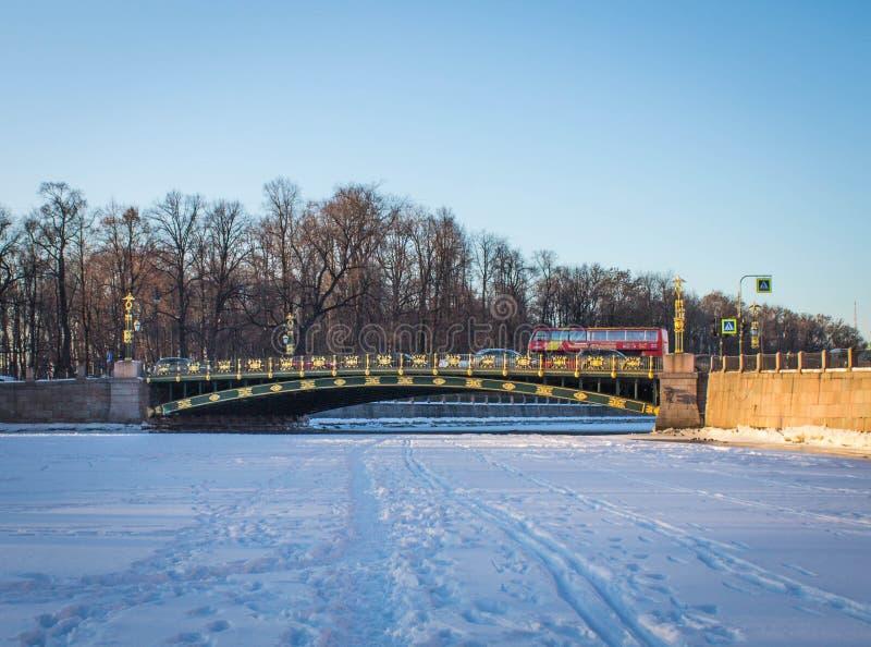Härlig guld- bro över floden i vinter royaltyfri foto