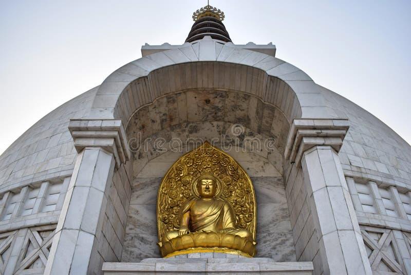 Härlig guld- Buddhastaty i Shanti Stupa Temple i Delhi royaltyfria bilder