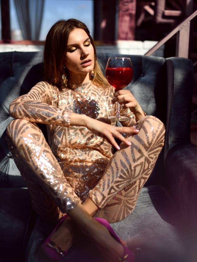 Härlig guld för modekvinnadrinken blänker den martini kosmopolitcoctailen royaltyfria bilder