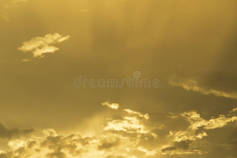 Härlig guld- himmel på solnedgång royaltyfria foton