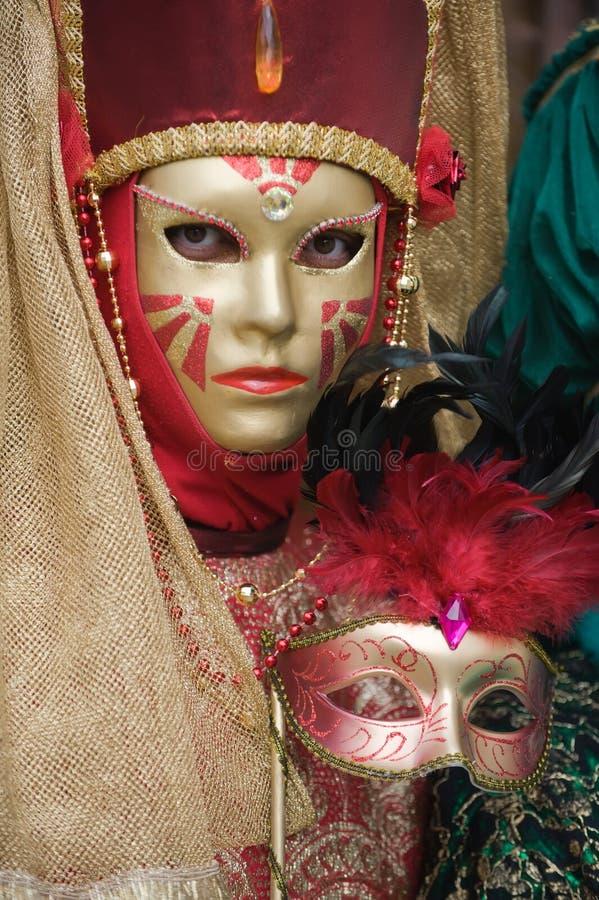 härlig guld- maskeringskvinna royaltyfria foton