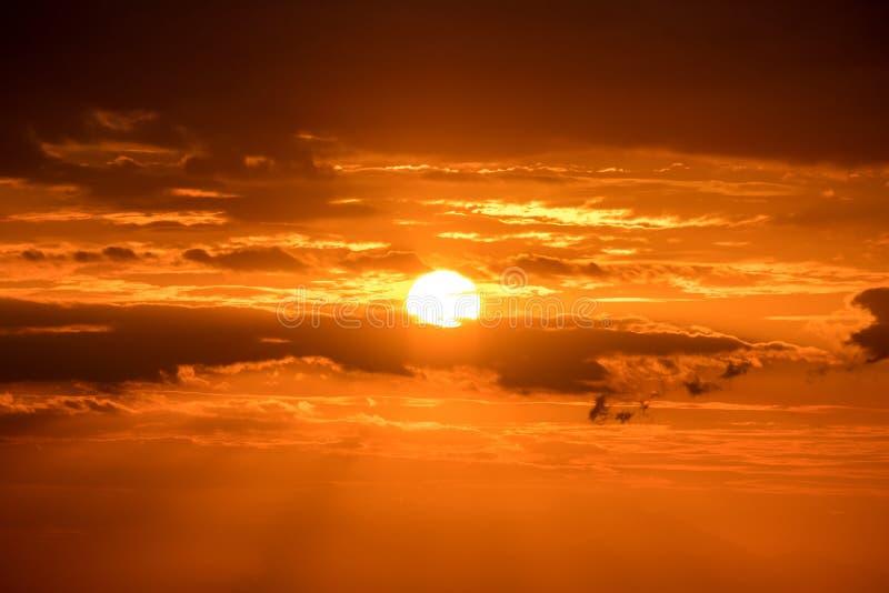 Härlig guld- orange solnedgång över havet fotografering för bildbyråer