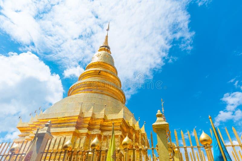 Härlig guld- pagod på Wat Phra That Hariphunchai arkivfoto