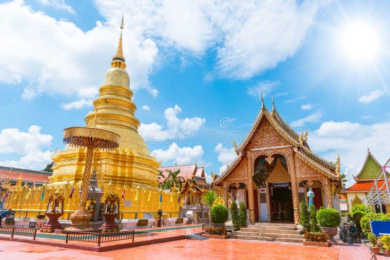 Härlig guld- pagod på Wat Phra That Hariphunchai arkivbilder