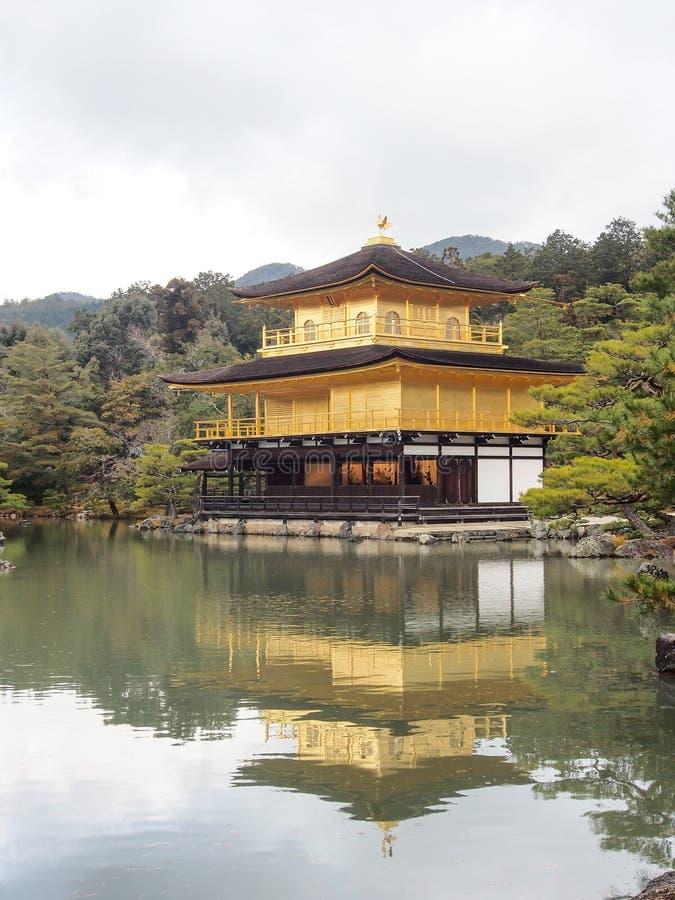 Härlig guld- paviljong på den Kinkakuji templet fotografering för bildbyråer