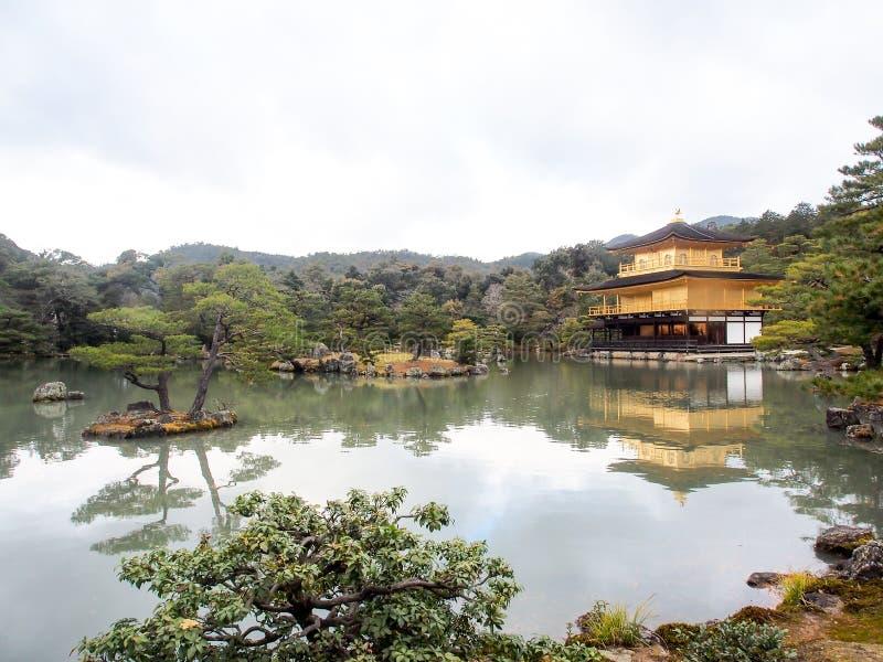 Härlig guld- paviljong på den Kinkakuji templet royaltyfri bild