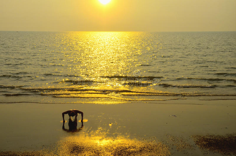 Härlig guld- solnedgång arkivbilder
