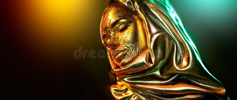 Härlig guld- stående för makeupmodellflicka Skönhetkvinna med guld- foliemakeup för glamour Traditionell arabisk muslim klänning, royaltyfria foton