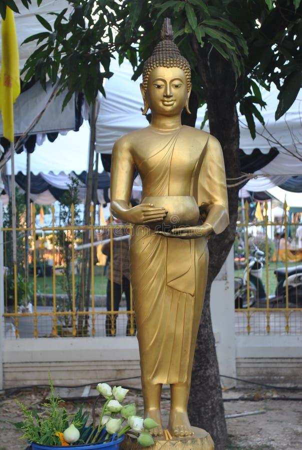 Härlig guld- staty av buddha arbete i den Wat Pra Sri Mahatatu templet i bangkok Thailand royaltyfria bilder