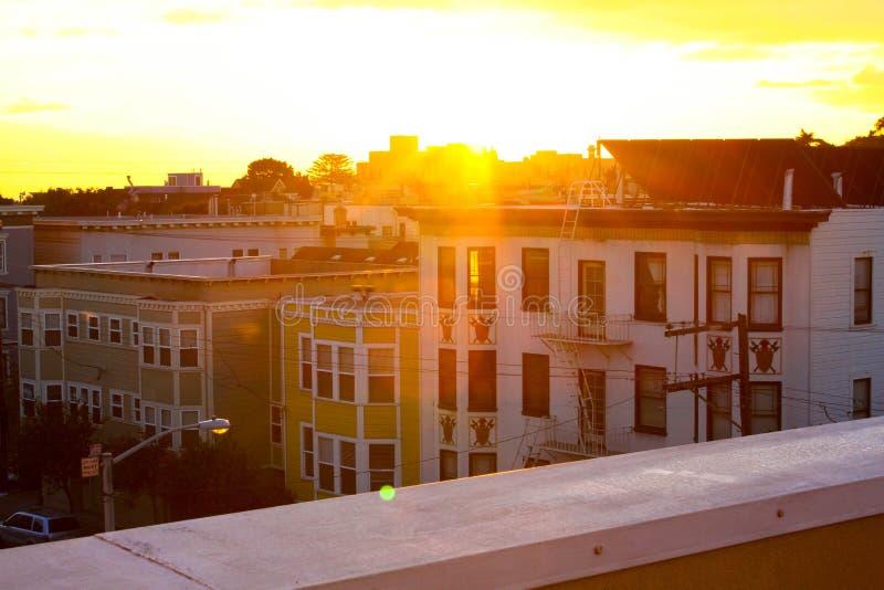 Härlig guld- timme av dagen, sikt från den bästa terrassen som vänder mot fasaden av andra byggnader fotografering för bildbyråer