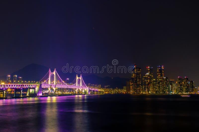 Härlig Gwangan bro i Busan på nattetid, Sydkorea royaltyfri foto