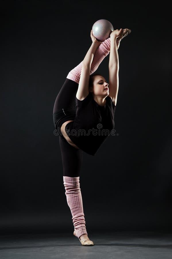 härlig gymnast för boll arkivbild