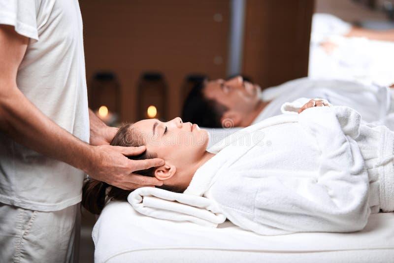 Härlig hälerimassage för ung kvinna på den head och skuldrazonen i brunnsortmitt arkivfoto