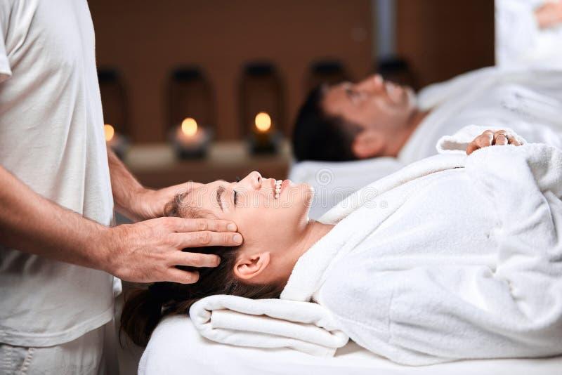 Härlig hälerimassage för ung kvinna på den head och skuldrazonen i brunnsortmitt arkivfoton