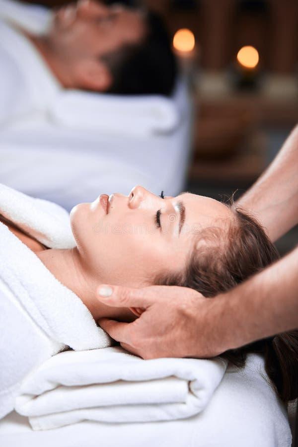 Härlig hälerimassage för ung kvinna på den head och skuldrazonen i brunnsortmitt fotografering för bildbyråer