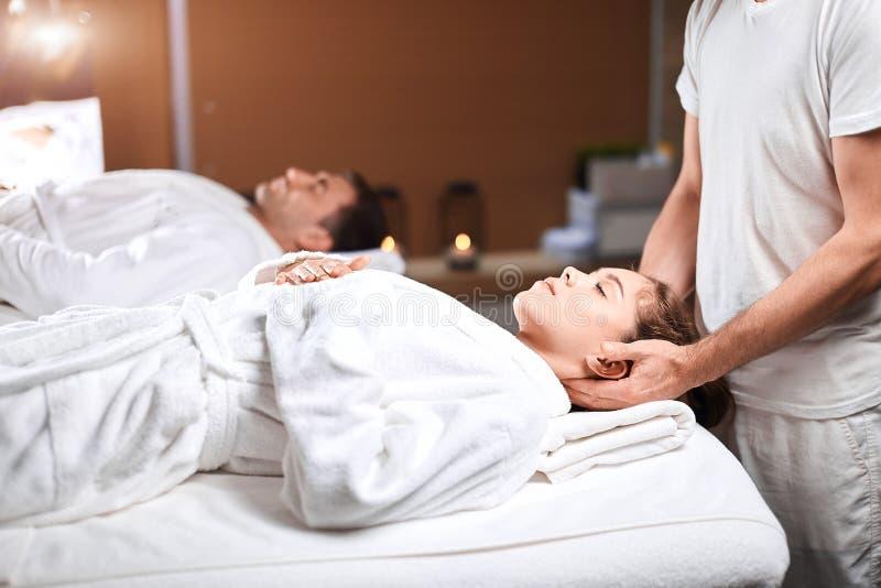 Härlig hälerimassage för ung kvinna på den head och skuldrazonen i brunnsortmitt royaltyfri foto