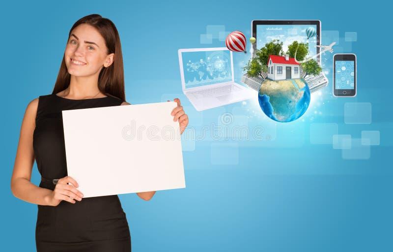 Härlig hållare för affärskvinnainnehavpapper arkivbilder
