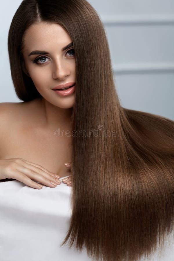 Härlig hårfärg Kvinna med långt hår för glansig raksträckabrunt arkivfoto