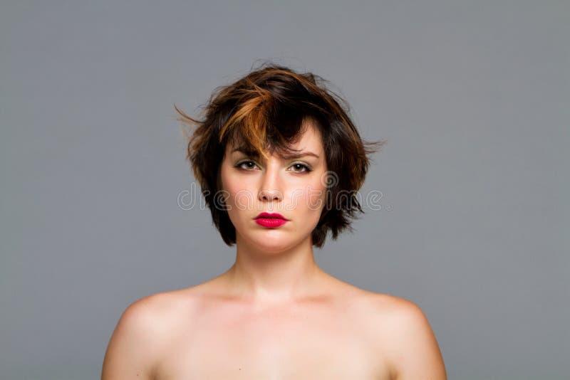 härlig hårkortslutningskvinna royaltyfria foton