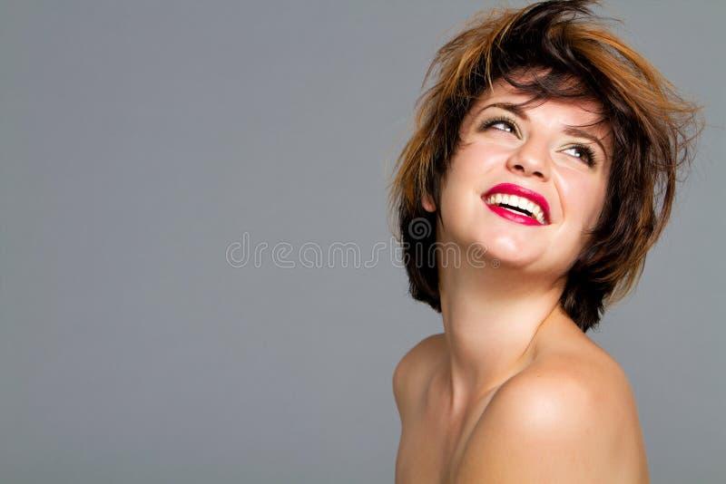 härlig hårkortslutningskvinna fotografering för bildbyråer