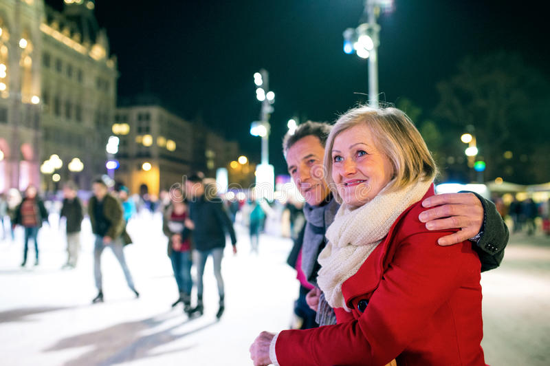 Härlig hög parskridskoåkning i stadsmitt Vinter arkivfoto