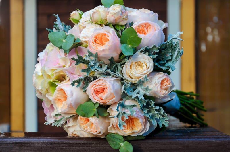 Härlig högtidlig brud- bukett av en brud från rosor och eucaly royaltyfri bild