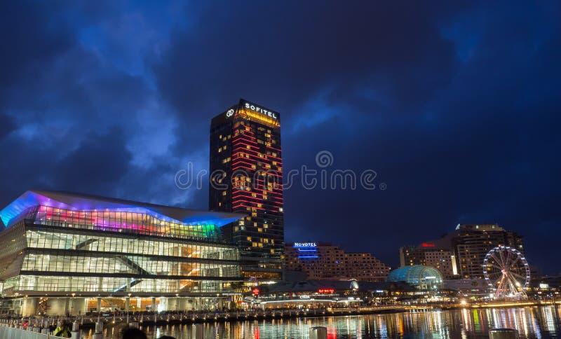 Härlig högväxt byggnad av det Sofitel hotellet på den bedårande hamnen för bubblafjärd i nattetid fotografering för bildbyråer