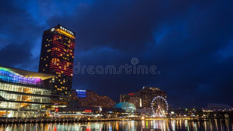 Härlig högväxt byggnad av det Sofitel hotellet på den bedårande hamnen för bubblafjärd i nattetid arkivbilder