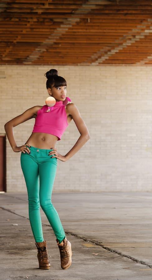 Härlig Högväxt Ung Afrikansk Amerikankvinna Arkivbild