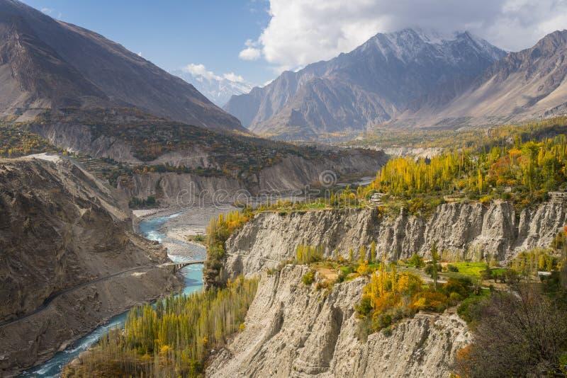 Härlig höst i morgonen i den Hunza dalen, höga Karakoram fotografering för bildbyråer