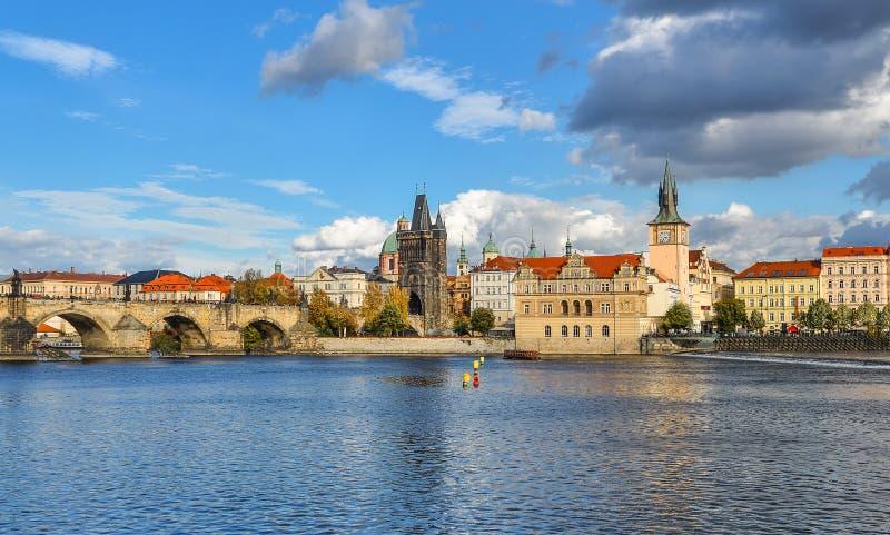 Härlig höstflodsikt på Prague den gamla stad-, Vltava floden och Charles Bridge, Prague, Tjeckien royaltyfria foton