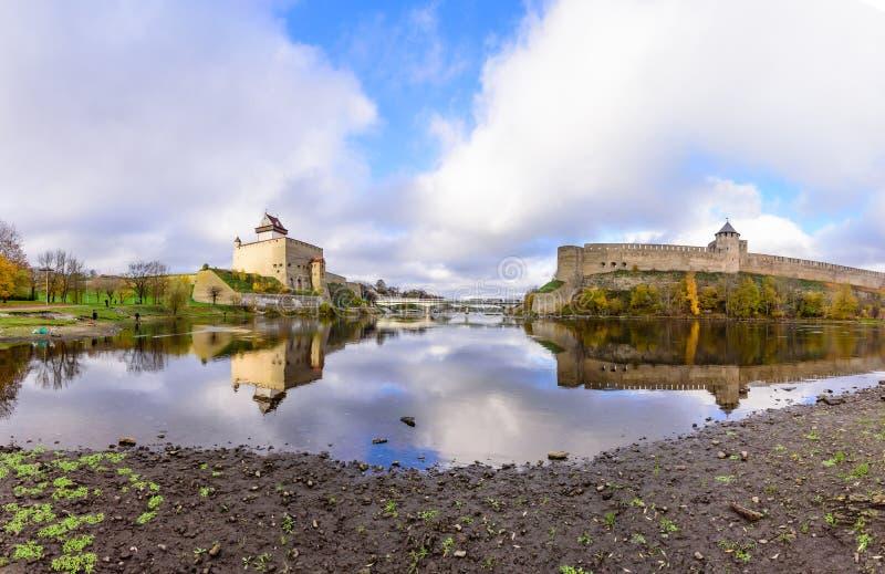 Härlig höstsikt av den Narva slotten och den forntida ryska fästningen i Ivangorod arkivfoton