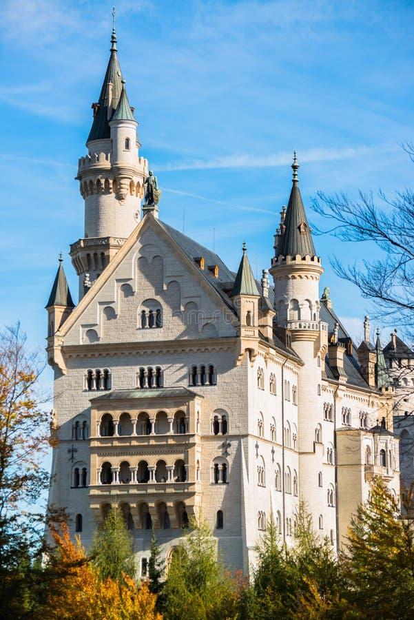 Härlig höstsikt av den Neuschwanstein slotten, Tyskland royaltyfria bilder