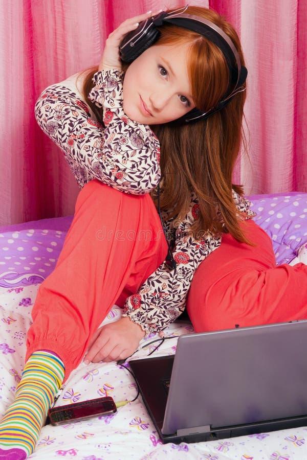 härlig haired röd tonåring royaltyfri foto