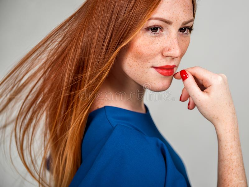 härlig haired ståenderedkvinna Kvinnlig framsidacloseup royaltyfria bilder