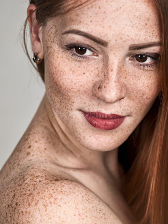 härlig haired ståenderedkvinna Kvinnlig framsidacloseup arkivfoton