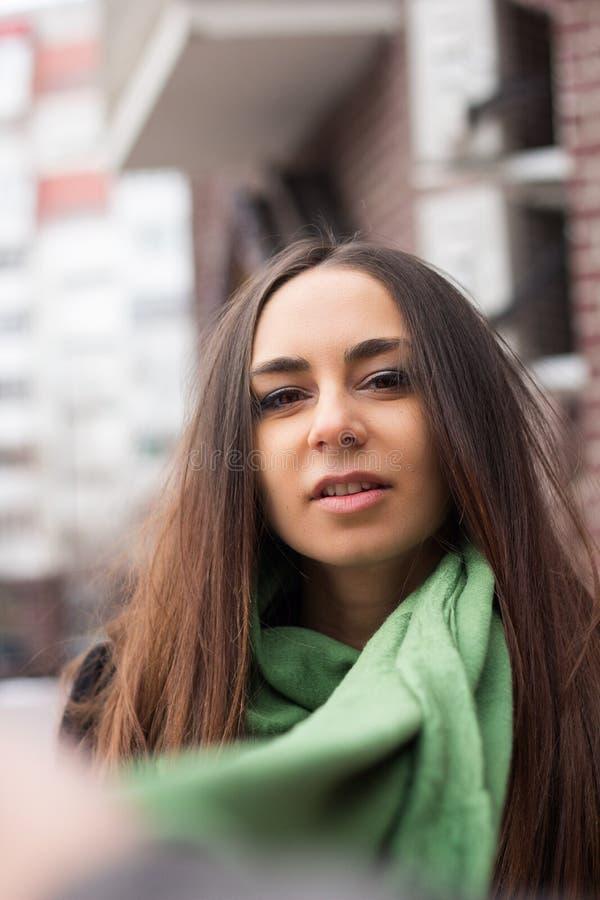 härlig halsduk för gräsplan för kvinnasvartlag fotografering för bildbyråer
