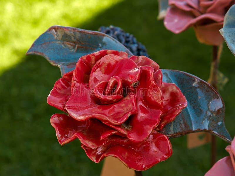Härlig hand - gjort keramiskt porslin röd ros royaltyfria foton