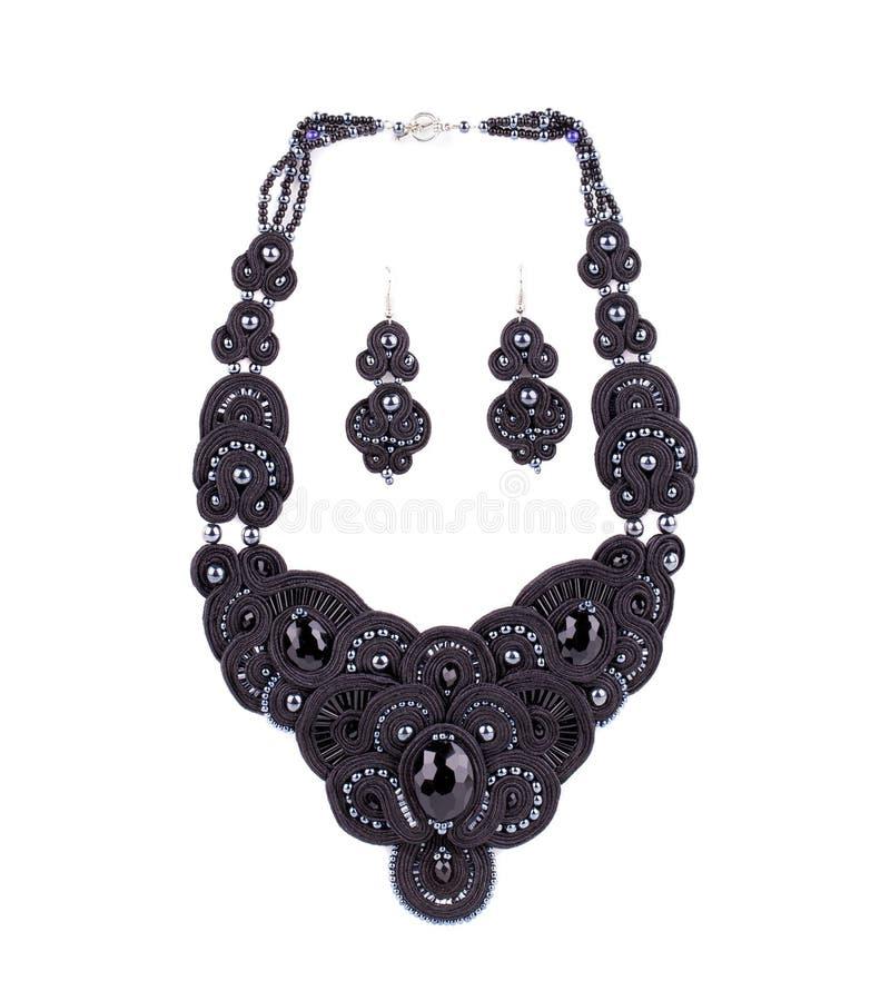 Härlig handgjord halsband och örhängen royaltyfria foton