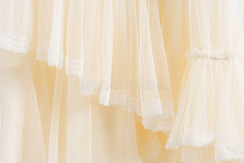 Härlig handgjord vit bröllopsklänning arkivbilder