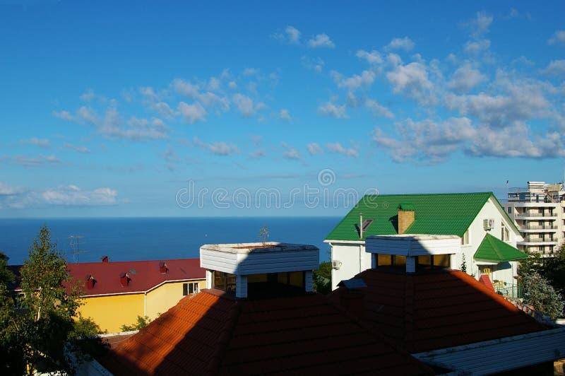 Härlig havssikt över taken av hus fotografering för bildbyråer