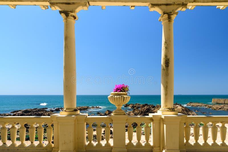 Härlig havssikt i staden av Porto från den antika terrassen med blommor, atlantisk kust, Portugal royaltyfri fotografi