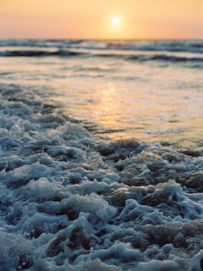 Härlig havssoluppgång med vågor royaltyfria bilder