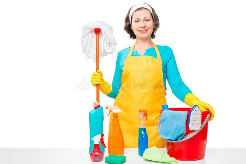 Härlig hemmafru med hjälpmedel för huslokalvård fotografering för bildbyråer